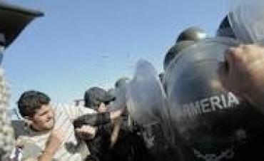 ARGENTINA : REPRESION A TRABAJADORES QUE SE MANIFESTABAN POR EL PARO