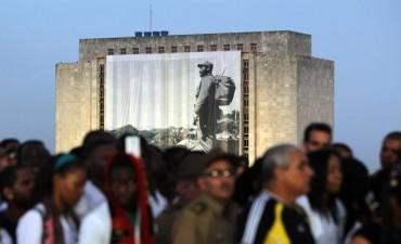 CUBA: MILES DE PERSONAS LLEGAN A LA ISLA PARA DECIRLE  PRESENTE A FIDEL