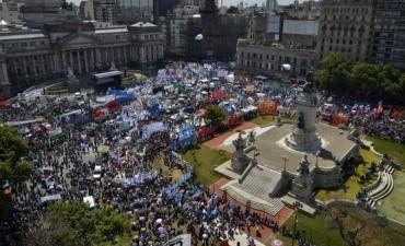 ARGENTINA : EL PUEBLO SE MOVILIZO PARA FRENAR LA REFORMA LABORAL Y PREVISIONAL