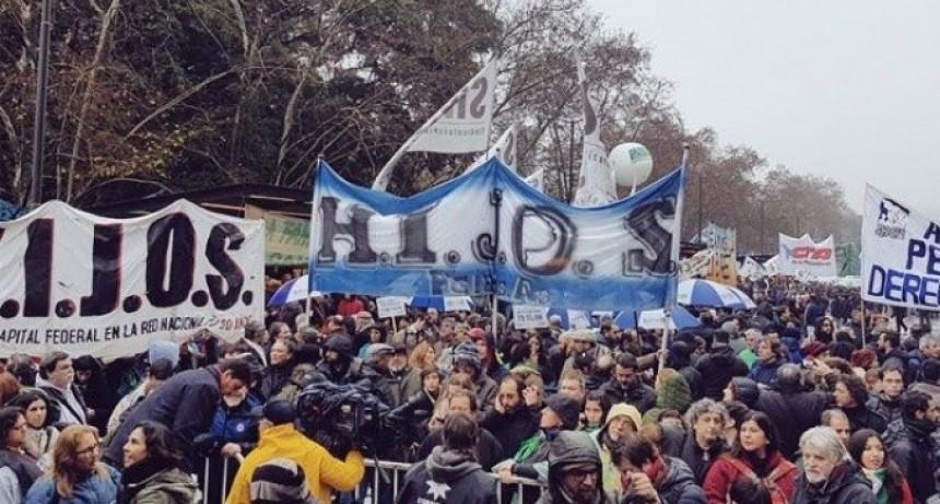 ARGENTINA : MASIVA MOVILIZACIÓN DIJO NO A LAS FFAA REPRESIVAS EN LAS CALLES