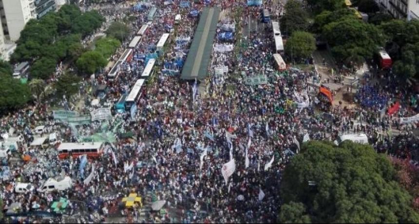 ARGENTINA: LA CALLE SE HACE SENTIR ( Por el Prof. Carlos Santiago)